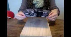 Transférer une photo sur du bois. Appliquer une couche de gel médium sur le bois et y déposer la photo face contre le bois. Prendre le soin de bien lisser pour qu'il n'y ait pas de bulles. Laisser sécher toute la nuit. Au petit matin, humecter la surface avec un tissu humide ; en grattant et frottant tout doucement le papier de la photo se décolle. Pour la touche finale, recouvrir le bois d'une couche de mod podge (vernis-colle) et laisser sécher.
