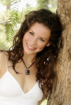 Kate Austen- evangeline lilly is such a natural beauty, portrait, Lost, tv series, photo Beautiful Smile, Beautiful Women, Nicole Evangeline Lilly, Head Band, Tauriel, Canadian Actresses, Hollywood, Britt Robertson, Up Girl