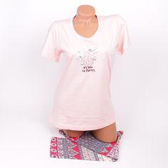 Лятна пижама с клинче 7/8 в сиво, червено, розово и бяло. Горната част е в бледорозов цвят с красиви цветя апликирани отпред и къси ръкави.