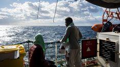 Acht Europese lidstaten zijn bereid om de 49 migranten onderdak te bieden die gered zijn op de Middellandse Zee maar geblokkeerd zaten in Maltese wateren. Het heeft lang geduurd voor er een oplossing kwam voor hun probleem. Een van de landen is Italië, maar de premier van Italië is het er niet mee eens.