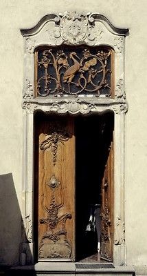 Intricate design on the front door,,,keep the doors closed so all can see!