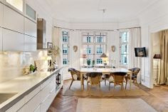 Amanda Alex Schulman's home Beige Kitchen, Kitchen Dining, Dining Room, Apartment Chic, Apartment Living, Kitchen Stories, Scandinavian Interior, Living Room Bedroom, Decoration