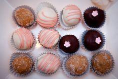 diy cake bites for wedding Kristen Gardner Photography 550x366 Ginas DIY Cake Pops + Recipe