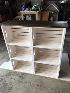 DIY bútorok Wooden crate bookshelf DIY How Contemporary Office Furniture Can Help Yo Wooden Crate Shelves, Crate Bookshelf, Wooden Crate Furniture, Crate Shelving, Diy Shelving, Build A Bookshelf, Wooden Crate Kitchen Storage, Wooden Crates Garden, Wood Crate Diy
