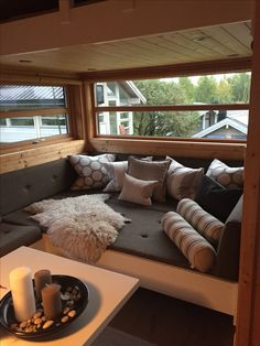 På kun 5 uger gav Ema og kæresten alle rum i lejligheden en makeover Tiny House Design, Cozy Cottage, Home Decor Furniture, Small Living, Interior Design Living Room, Small Spaces, Architecture, Arquitetura, Beach Houses