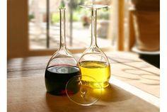 実はビネガーとオリーブオイル入れです。中身の入ったまま、逆さまに置かれたワイングラス。実はビネガーとオイルの入ったガラス容器。グ...