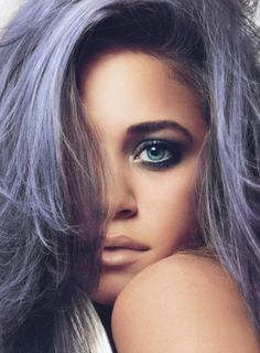 Woah ... totally obsessed with this dramatic smoky makeup and soft lilac hair! #lavender #hair #smoky #makeup