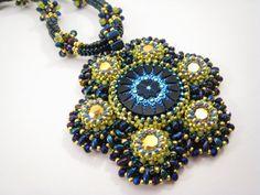 Dunkelblau goldene Kette mit rundem Perlenstickerei von BeadFizz
