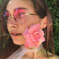 Imagen de girl, flowers, and pink Aesthetic Grunge, Aesthetic Vintage, Pink Aesthetic, Brunette Aesthetic, Ulzzang, Beach Bodys, Pink Images, Rose Colored Glasses, Neon