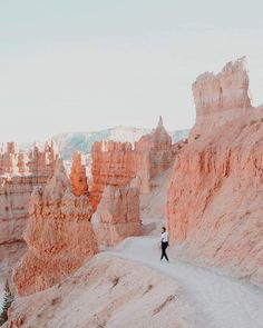 Bryce Canyon - this doesn't even look like a real photo! Mother nature is amazing. Arches Nationalpark, Yellowstone Nationalpark, Oh The Places You'll Go, Places To Travel, Travel Destinations, Bryce Canyon, Canyon Utah, Grand Canyon, North Cascades