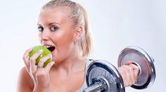 Comer y beber son las dos formas naturales de proporcionarle combustible a nuestro cuerpo para salir a correr, nadar o hacer cualquier actividad física. Pero no todos los alimentos ofrecen los nutrientes necesarios.