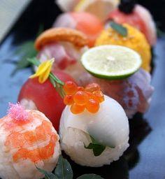 Sushi is sensuous to me! Sushi Recipes, Asian Recipes, Cooking Recipes, Japan Sushi, Sushi Sushi, Sushi Rolls, Temari Sushi, Sushi Comida, Onigirazu
