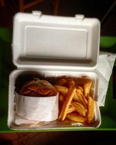 Stasera così 🍔🍟 #tonight #dinner #homealone #nocooking #hamburger #fries #loveit #new @foodracers @hamerica_s