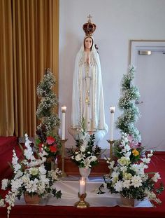 Catholics who visited the Pilgrim Virgin during its visit to Winnipeg give moving testimonies of their experience. Blessed Mother Mary, Blessed Virgin Mary, Catholic Altar, Altar Design, Jesus Photo, Prayer Corner, Home Altar, Lady Of Fatima, Mama Mary