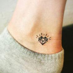 Tatuagem com traços simples de um diamante em forma de coração