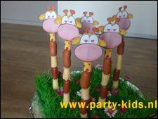 Benodigdheden: kleurprintjes giraffekoppen saté-prikkers kaas + knakworst (of ontbijtkoek + cake) (Water)meloen Beschrijving: Knip het hoofd van de giraf uit. Maak het giraf-hoofdje vast aan de saté-prikker en rijg er kaas (of ananas) en knakworst (of ontbijtkoek + cake) aan. Prik de giraf-hoofdjes in een halve watermeloen en klaar is de traktatie! Variant van Marije: De stukjes kaas heb ik met een appelboor uit het stuk kaas gehaald, zodat deze ook mooi rond zijn.