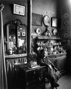 Robert Doisneau, Chez Madame Augustin à Belleville, 1953 Henri Cartier Bresson, Robert Doisneau, Black White Photos, Black And White, Bar Noir, Old Paris, Paris Paris, French Photographers, Paris Street