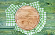 Round Cutting Board Over Green Checkered Tablecloths On The Table, Top View Pizza Background, Wood Table Background, Food Graphic Design, Food Design, Food Backgrounds, Wallpaper Backgrounds, Checkered Tablecloth, Illumination Art, Poster Background Design