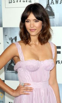 medium-curly-hairstyle-from-actress-jessica-alba-4