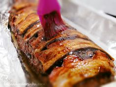Rocambole de carne moída com linguiça, queijo, cebola, molho bbq, bacon... tem como ser ruim?