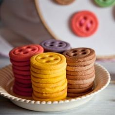 Lovely colorful biscuits with different flavors. (in Spanish) Button Cookies, Cute Cookies, Yummy Cookies, Yummy Treats, Sweet Treats, Meringue, Cookie Recipes, Dessert Recipes, Desserts