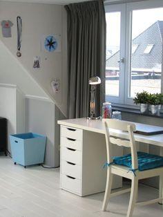 Floors zolderkamer 5. Desk in girl's loft bedroom
