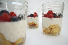 einfacher Nachtisch mit Beeren, Biskuit und Joghurtcreme - easy desert with berries, yoghurt and biscuit
