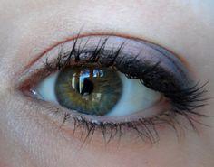 Make-up discret rose et gris.
