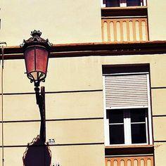 Comparte tus momentos #ruzafagente con nosotros. 🔝📷@meyvel_lillmu  #ruzafa #ruzafamola  #ruzafagente #farola #ventana  #streetlamp #street_photography #ruzafavalencia