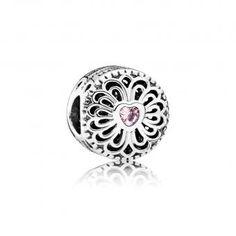 Charm Pandora Amour & Amitié - Ce charm ornemental aux allures de bouton présente un somptueux motif ajouré orné en son centre d'une éblouissante pierre rose en forme de cœur. Gravé d'une phrase emplie de tendresse sur son pourtour, ce bijou Pandora constituera une merveilleuse idée de cadeau pour une amie ou une parente.