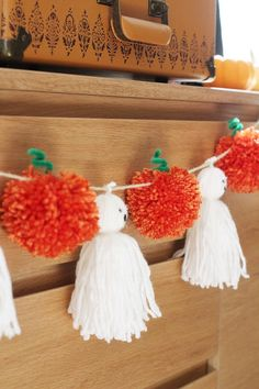 DIY pom pom Pumpkin and tassel ghost garland. diy garland Tassels And Pompoms Oh My! Soirée Halloween, Adornos Halloween, Manualidades Halloween, Halloween Disfraces, Halloween Pumpkins, Halloween Knitting, Easter Crafts, Fall Crafts, Holiday Crafts