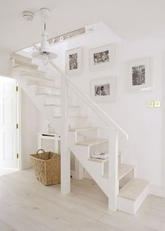 Mooi voor de hal. witte trap, white (wash) vloer.