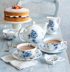 Rose Tea Cottage: June love this elegant blu and withe tea set. whit china teapot and cups with blue floral drawings. elegante set di teiera e tazze per il te, in porcellana bianca con decori blu Rosen Tee, Café Chocolate, Cuppa Tea, My Cup Of Tea, Vintage Tea, High Tea, Coffee Time, Coffee Set, Morning Coffee