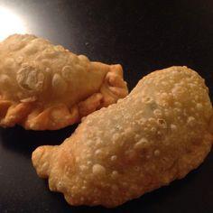Indische pasteitjes (pastel goreng) kun je maken met een vulling van kip, groente, of, zoals ik ze maak, met rundergehakt. Maar welke vulling dan ook, het is traditie dat er in Indische pasteitjes een partje of plakjes gekookt ei zit. Dus mocht je ooit een Indisch pasteitje voorgeschoteld krijgen zonder gekookt ei erin moet je ...