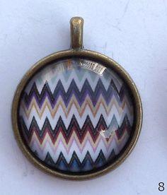Anhänger bronze ø 20 mm hat einen ovalen Glascabochon. In verschiedenen Mustern erhältlich. Nickelfrei. Hand made. --------------------------------------------------------------------------------- Bitte Lieferzeit beachten! Wird erst bei der Bestellung gefertigt, daher längere Lieferzeit! ---------------------------------------------------------------------------------