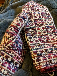 Ravelry: Abbotsbury Mittens pattern by Heather Desserud Crochet Gloves Pattern, Poncho Knitting Patterns, Mittens Pattern, Knit Mittens, Lace Knitting, Knitting Socks, Knitting Stitches, Knitted Hats, Knitting Machine