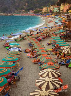 Monterosso Beach, one of de five towns in Italy's Cinque Terre