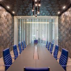 Meeting room, The Velopers, San Francisco, Panama - Bettis Tarazi #interiordesign #interiors #houseinteriors #office #comercial #panama #luxury #design #blue #meetingroom #meeting #officeinteriors