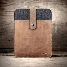 Case for Surface Pro, Surface Pro 4 – stored safe in the felt and leather.  Crude. Rustic. Handy.  The handmade tablet case of felt and leather in portrait format with push-button suitable crafted for Microsoft Surface. Nothing will happen to your tablet – and smartphone, odds and ends also