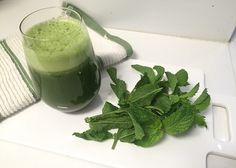 minty green juice 1 apple, cored ½ cucumber sprigs mint leaves kale 1 handful mixed greens ½ lemon, peeled and juiced Juice Smoothie, Smoothie Drinks, Healthy Smoothies, Healthy Drinks, Smoothie Recipes, Juicer Recipes, Raw Food Recipes, Healthy Recipes, Jelly Recipes