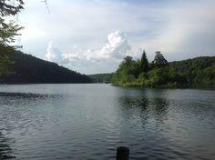 Самое большое озеро Козьяк соединяет верхние и нижние Плитвицкие озера. Плывем на лодке