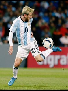 Leo Messi seconds before scoring the winning goal in a World Cup Qualifier game against Uruguay Neymar, Lional Messi, Messi And Ronaldo, Cristiano Ronaldo, Ronaldo Real, World Football, Sport Football, Fc Barcelona, Barcelona Soccer