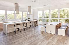 Offene Küche - hell mit viel Holz, läd die offene Küche in der Cafeteria zum Kochen ein und fördert das Teambuilding. Kitchen Island, Furniture, Home Decor, Office Ideas, Open Plan Kitchen, Farm Cottage, Cooking, Timber Wood, Island Kitchen
