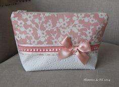 La trousse à maquillage GM en simili cuir autruche blanc et tissu imprimé fleurs de cerisier : Trousses par histoiresdefil