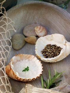 Summer table with salt and pepper in the shells. Neat idea!  @Pascale Lemay Lemay De Groof