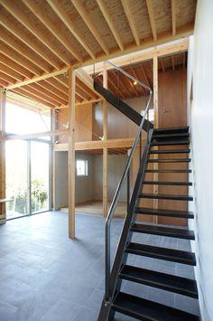 踏面がフレーム側から片持ちされている珍しい階段。japan-architects.com