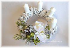 Adventní věnec, bílý - zasněžená orchidea a kovové srdce