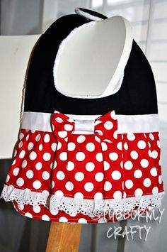 Sewing Baby Gift Mickey and Minnie Baby Bib Tutorial - so cute (and perfect for a trip to Disney World)! - Mickey and Minnie Baby Bib Tutorial from Stubbornly Crafty. Minnie Baby, Minnie Mouse 1st Birthday, Baby Mouse, Baby Sewing Projects, Sewing For Kids, Baby Bib Tutorial, Couture Bb, Bib Pattern, Baby Kind