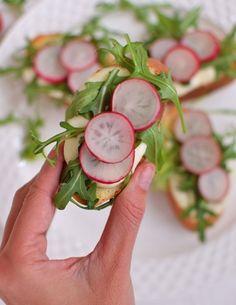 Grzanki z mozzarellą, rukolą i rzodkiewkami Caprese Salad, Mozzarella, Food, Essen, Meals, Yemek, Insalata Caprese, Eten