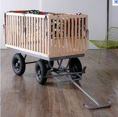 Cuna de bebé reciclada en carrito para juegos